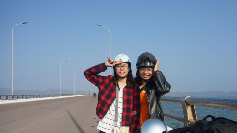 Cây cầu dài bắt sang biển.